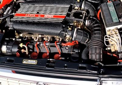 Lancia Thema 8.32 - moteur (1)