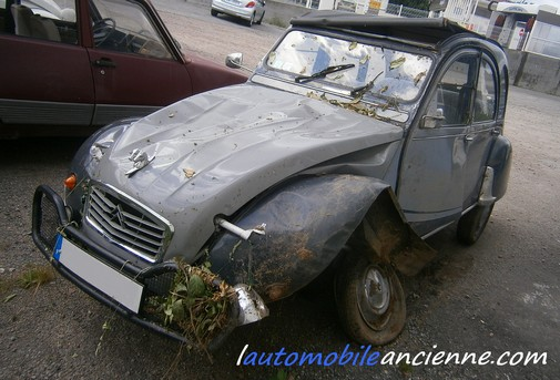 Citroën 2CV accidentée